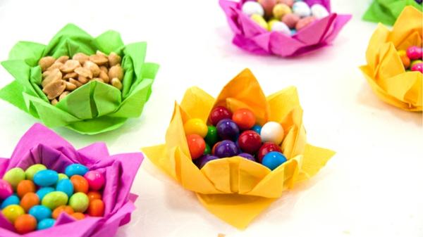 bunte-rosen-aus-servietten-schaffen-bunte bonbons sind drin