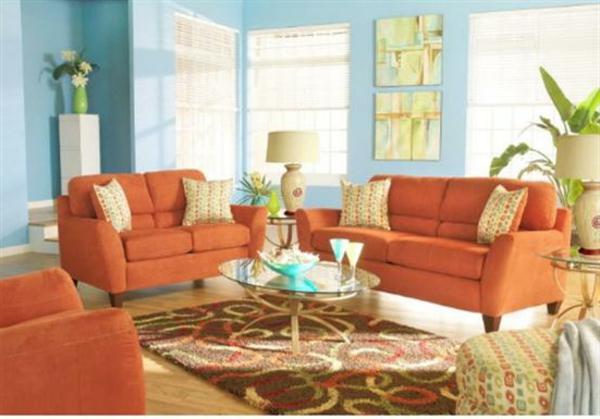 coole-farbideen-wohnraum-orange-und-himmelblau-bunter-teppich