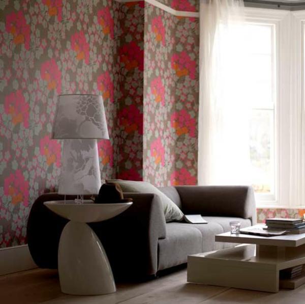 coole-tapete-mit-blumenmotiven-rosa-braun-passende-lampe