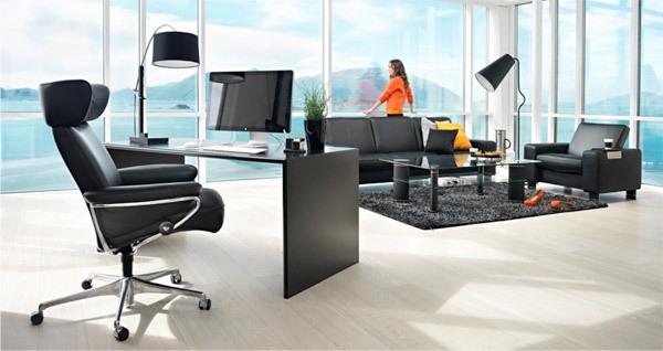 cooler-stressless bürostuhl-im super großen zimmer mit wänden aus glas