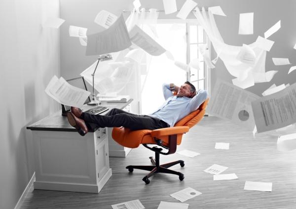 cooles-foto-stressless bürostuhl-in der luft fliegende papiere
