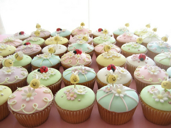 viele-cupcakes-dekorieren-cupcake-zubehör