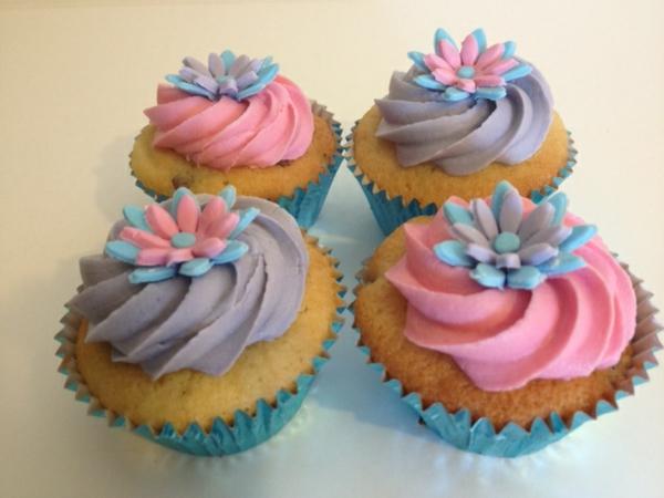 süße-cupcakes-verzieren-bunte-cupcakes-deko