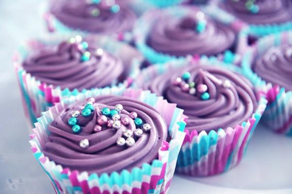 violett-cupcakes-verzieren-cupcakes-rezepten-bunte-cupcakes
