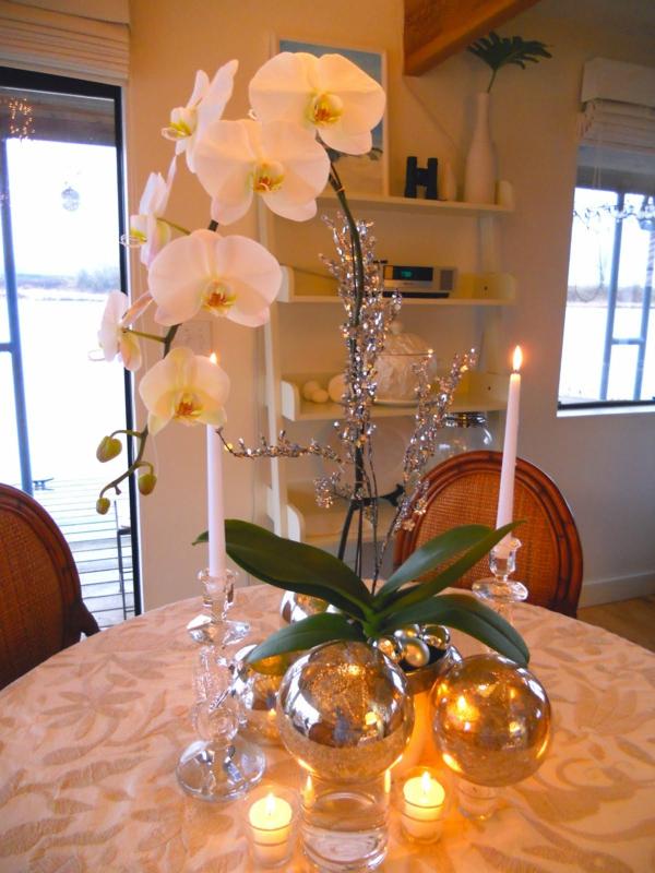 deko-mit-orchideen-für-den-tisch- zwei lange kerzen