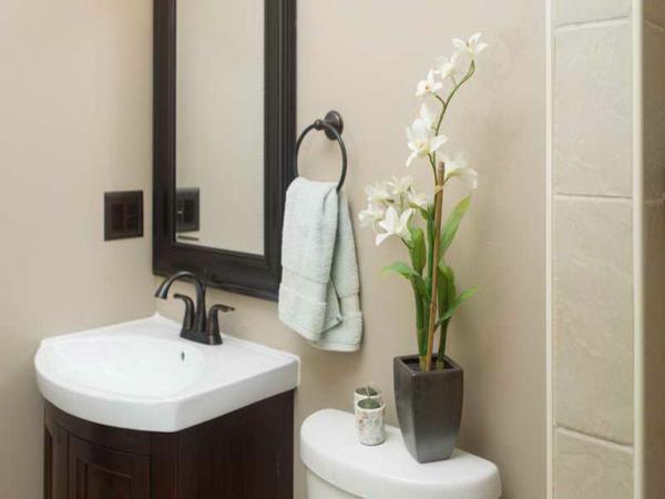 deko-mit-orchideen-für-ein-modernes-badezimmer- mit schönem spiegel