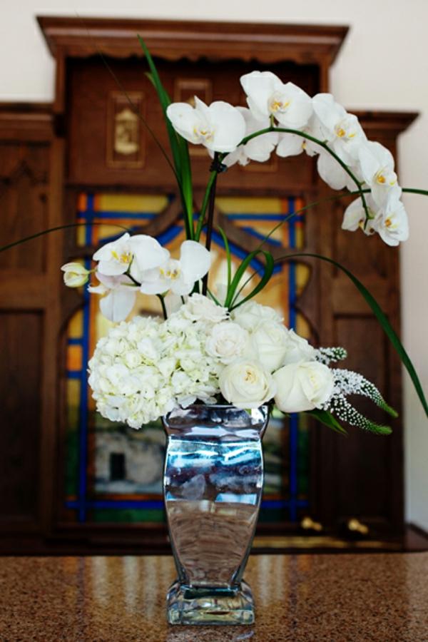 deko-mit-orchideen-im-weiß- eine interessante vase