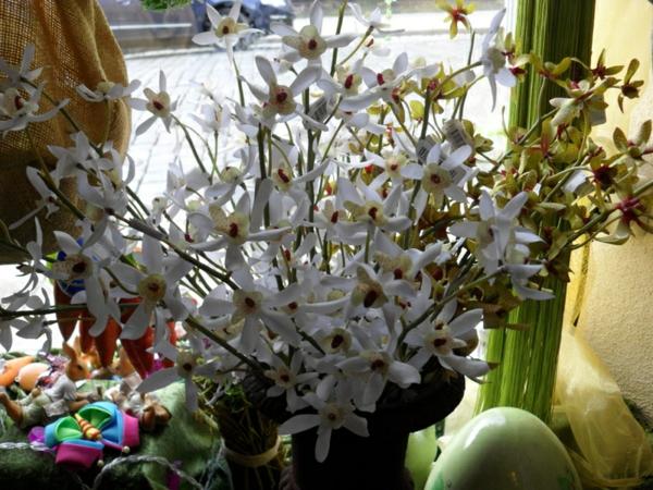 deko-mit-orchideen-neben-dem-fenster- foto vom nahen genommen