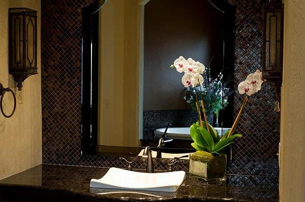 deko-mit-orchideen-neben-dem-spiegel- und waschbecken