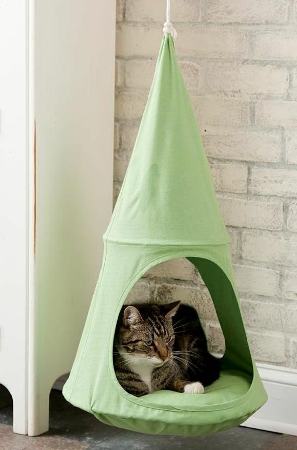 design-katzenmöbel-grünes-haus-hängend