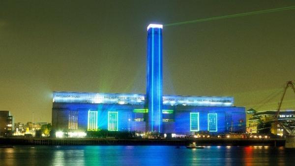 die-besten-städte-der-welt-moderne-architektur-tate-modern-museum-in-london-blaue beleuchtung