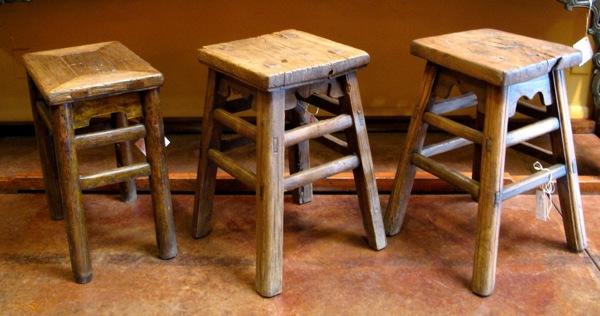 drei-hocker-im-landhausstil- aus holz gemacht