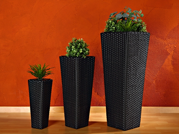 drei-rattan-vasen-mit-verschiedener-größe- orange wand dahinter
