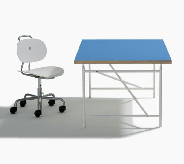 eiermann-kinderschreibtisch-im blau-und-weisser-Stuhl