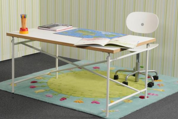 eiermann-kinderschreibtisch-mit- dem -Teppich-und-mit-weisssem-Stuhl