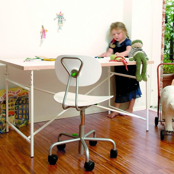 eiermann-kinderschreibtisch-mit-weissem-Stuhl