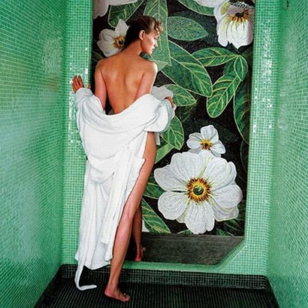 eigenartiges-bad-mit-mosaikfliesen-schöne-frau-mit-einem-weißen-tuch- sehr schön