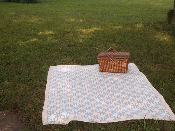 ein-korb-auf-einer-picknickdecke- schöne umgebung von gras