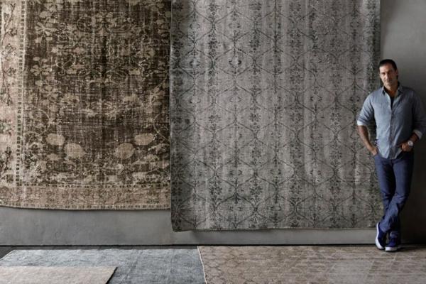 ein-mann-neben-vintage-teppichen- erstklassischer look
