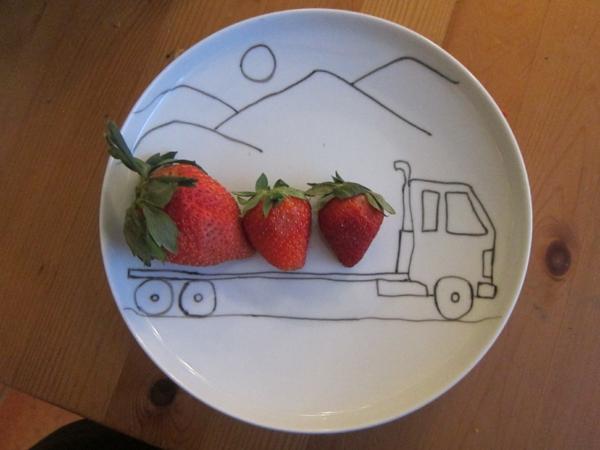 ein-wunderschöner-teller-für-kinder- dekoration mit erdbeeren