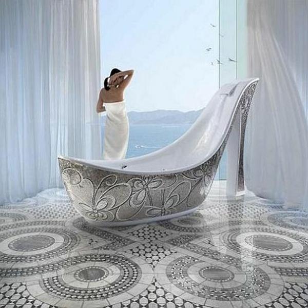 ein wunderschönes badezimmer mit blick aufs meer- badewanne in der form von einem schuh