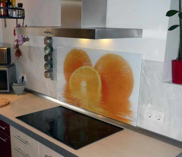 eine-küche-mit-extravaganter-küchenrückwand-aus-glas- großes foto von orangen