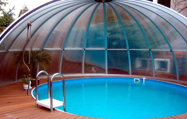 einen-ultramodernen-pool-gestalten- eine halbe des pools ist überdacht