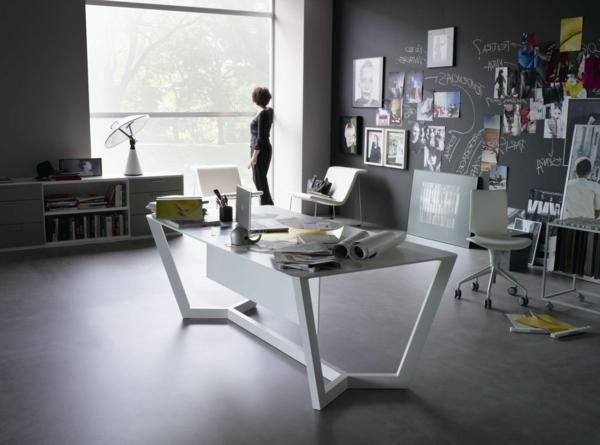 elegant-aussehender-computertisch-aus-glas- im großen büro