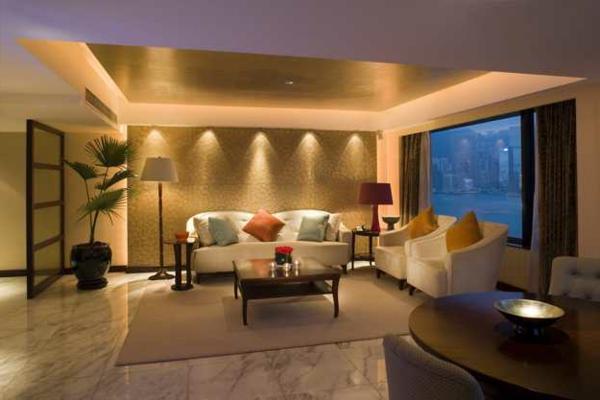 elegante-beleuchtungsideen-für-wohnzimmer-sofa mit bunten dekokissen
