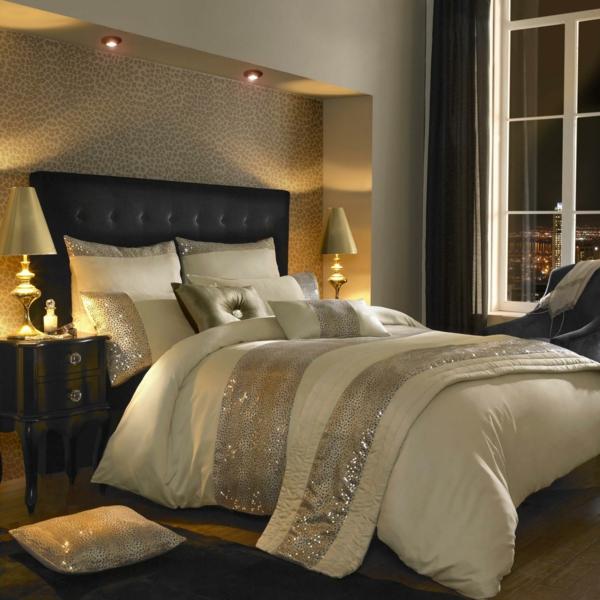 elegante-bettwäsche-mit-ornamenten-wunderschön-aussehen- neben den modernen lampen