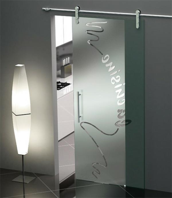 elegante-gläserne-hochwertige-innentüre- eine stehende lampe daneben