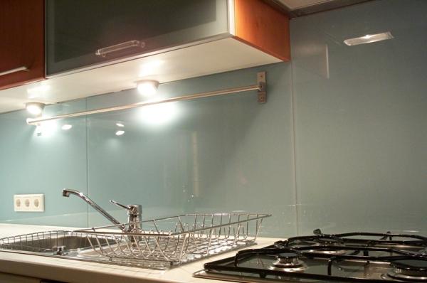 elegante-küchenrückwand-aus-glas- schöne beleuchtung