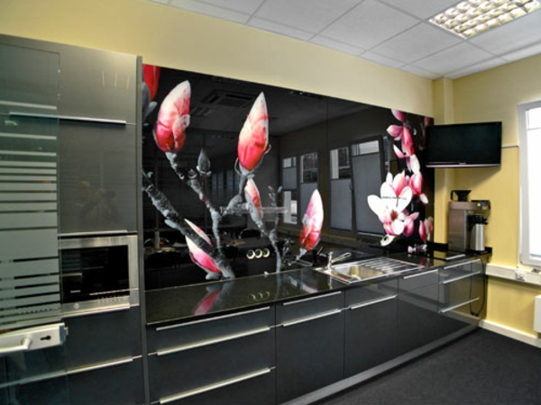 elegante-und-schicke-küche-mit-einer-atemberaubenden-küchenrückwand-aus-glas-sehr interessant