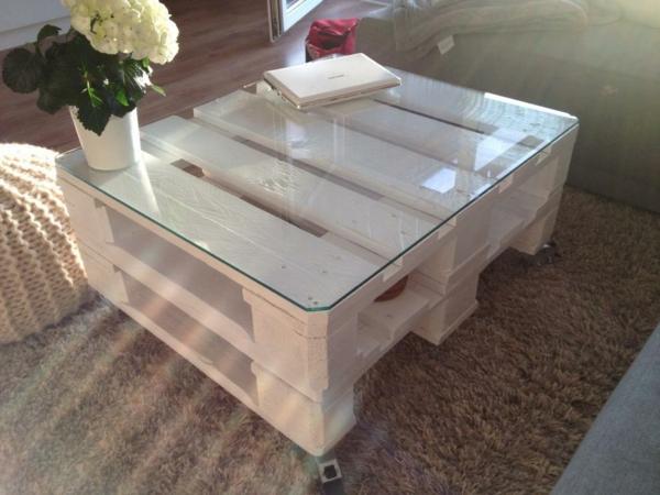 Weißer Tisch aus Holzpaletten mit Glasdecke