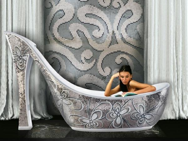 extravagante-badewanne-in-der-form-von-einem-schuh-in-einem-luxuriösen-bad-mit-mosaikfliesen