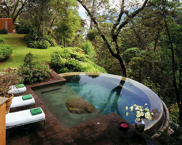 fantastischer-runder -pool- sehr schöne natur um den pool