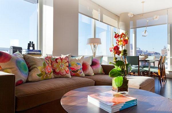 farbideen-für-wohnzimmer-mit-mehreren-schönen-bunten-kissen-auf-dem-braunen-sofa