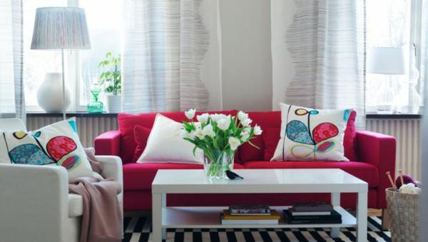 farbvorschläge-wohnzimmer-sofa-himbeere-rosa-farbe-weiße-blumen