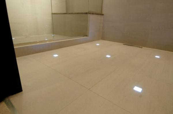 Fliesen Mit Licht Fürs Badezimmer  Man Kann Eine Schöne Duschkabine Sehen