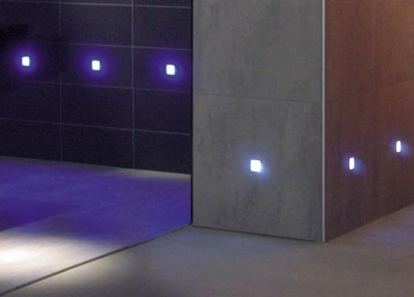 fliesen-mit-licht-im-schönen-bad-beleuchtung in lila
