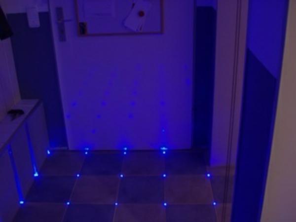 fliesen-mit-licht-sehr-schöne-gestaltung- beleuchtung in blau