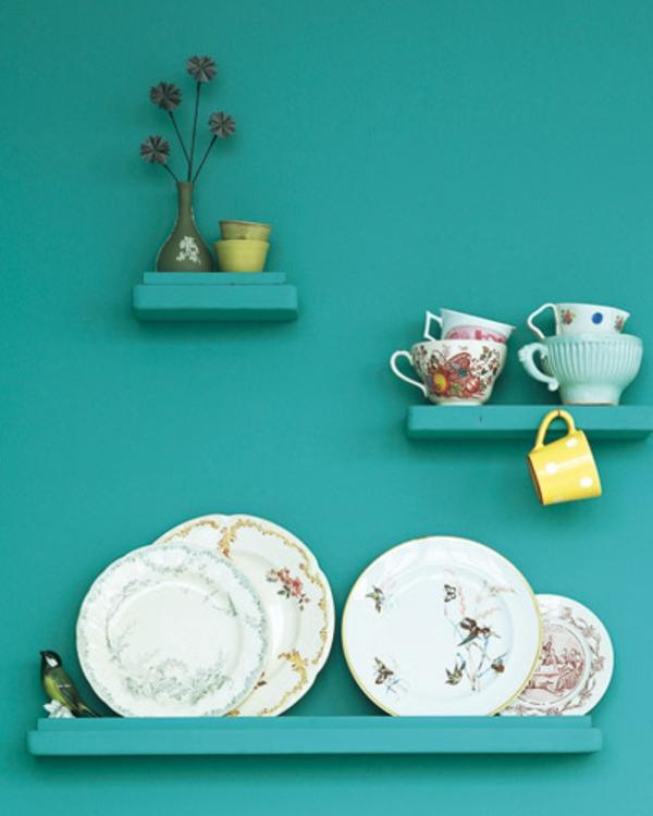 neue-Küchenwandgestaltung-bunte-regale-mit-teller-und-tassen