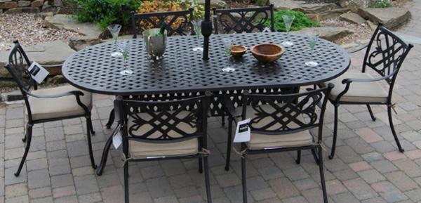 gartenmöbel-aus-eisen-großer-tisch- mit gläsern darauf
