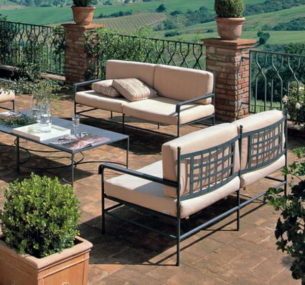 gartenmöbel-aus-eisen-moderne-gestaltung- auf einer terrasse mit einem wunderschönen blick