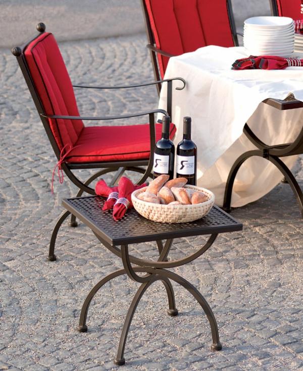 gartenmöbel-aus-eisen-rote-stühle- und weinflaschen