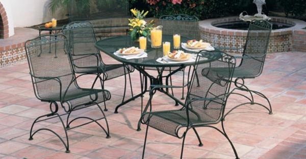 gartenmöbel-aus-eisen-runder-tisch-und-vier-stühle- mit interessanter form