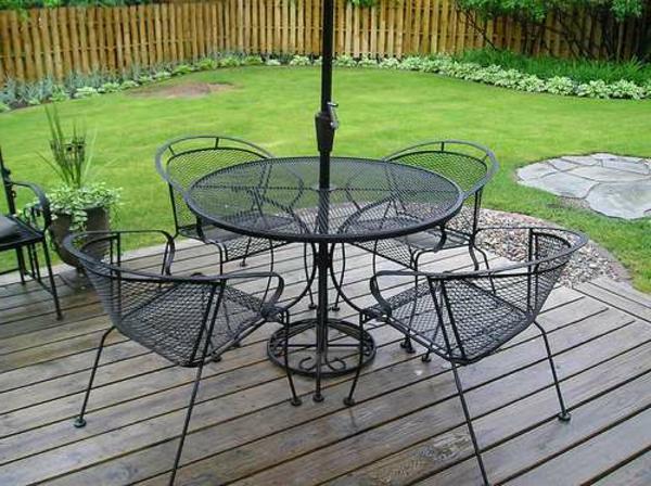 gartenmöbel-aus-eisen-schöner-tisch-mit-stühlen-  im garten mit grünem gras
