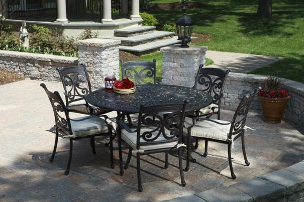 Die Gartenmöbel aus Eisen wirken sehr elegant und erstklassig