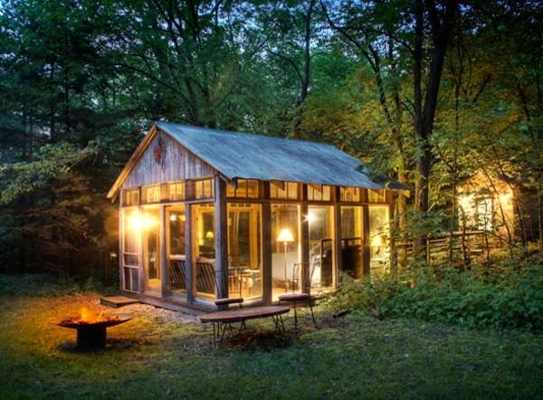 gemütliches-modernes-glashaus mit schöner beleuchtung