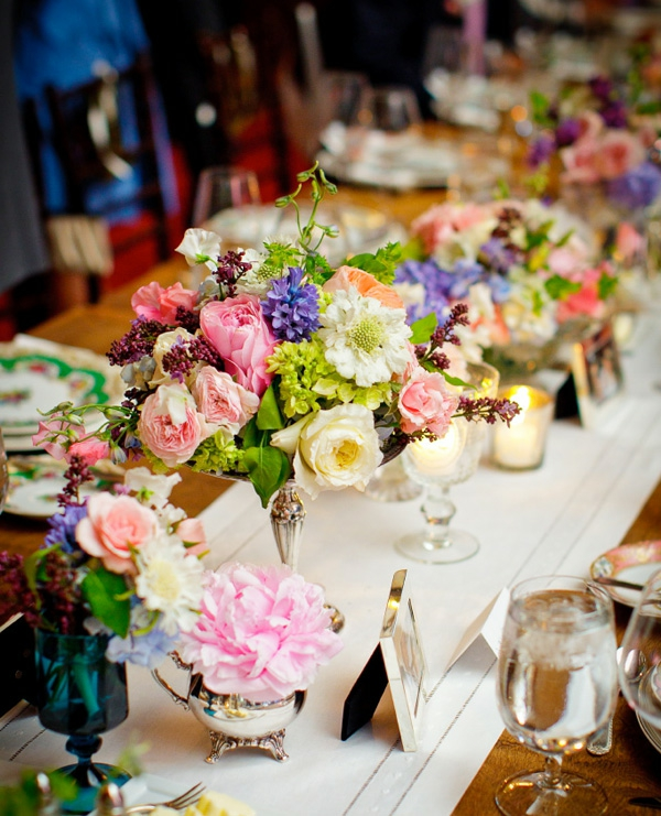 wunderbare-Tischdeko-Blumengestecke-Tisch-Sommer-Hochzeit-planen